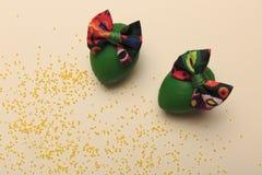 Предпосылка пасхи с зелеными яичками с красочным смычком стоковая фотография rf