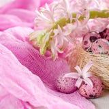 Предпосылка пасхи с розовым гиацинтом и декоративными яичками Стоковое фото RF