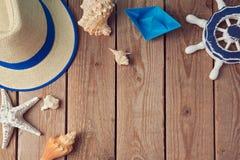 Предпосылка перемещения летнего отпуска с seashells и бумажной шлюпкой над взглядом Плоское положение Стоковые Изображения RF