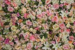 Предпосылка пестротканых искусственных цветков, нежные пастельные цвета Стоковые Фотографии RF