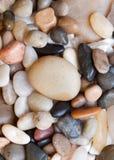 Покрашено вокруг камушков моря стоковые изображения