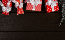 Предпосылка подарочной коробки рождества праздника красная, взгляд сверху празднует bi Стоковые Фотографии RF
