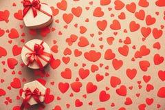 Предпосылка подарочных коробок и красных сердец Стоковое фото RF