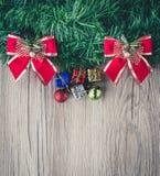 Предпосылка подарочных коробок и шариков рождества на деревянной текстуре Стоковые Изображения