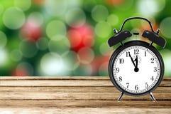 Предпосылка праздника рождества с будильником на деревянном столе ov Стоковые Фотографии RF