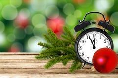 Предпосылка праздника рождества с ветвью будильника и дерева дальше Стоковые Изображения RF