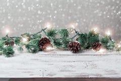 Предпосылка праздника рождества с пустой деревянной белой таблицей и светами рождества праздничными Стоковые Фотографии RF