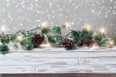 Предпосылка праздника рождества с пустыми деревянными белыми светами таблицы и рождества Стоковые Фотографии RF