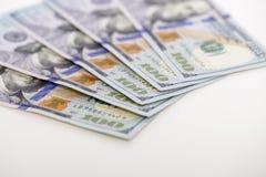 предпосылка представляет счет доллар 100 закройте вверх по деньгам наличных денег взгляда Стоковая Фотография