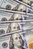 предпосылка представляет счет доллар 100 закройте вверх по деньгам наличных денег взгляда Стоковые Фотографии RF