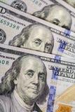 предпосылка представляет счет доллар 100 закройте вверх по деньгам наличных денег взгляда Стоковое фото RF