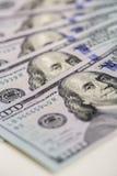 предпосылка представляет счет доллар 100 закройте вверх по деньгам наличных денег взгляда Стоковое Фото