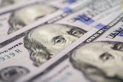 предпосылка представляет счет доллар 100 закройте вверх по деньгам наличных денег взгляда Стоковые Фото
