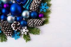 Предпосылка приветствию рождества с голубой и белой снежинкой войлока Стоковое фото RF