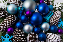 Предпосылка приветствию рождества с голубым цветом затеняет орнаменты Стоковое фото RF