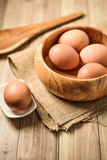 Предпосылка принципиальной схемы выпечки Утвари кухни и ингридиенты выпечки: яичко и мука на деревянной предпосылке Стоковая Фотография