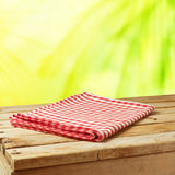 Предпосылка природы лета с деревянным столом и скатертью Стоковые Изображения RF