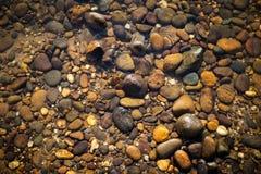 Предпосылка природы камня в ясной речной воде Стоковое Изображение