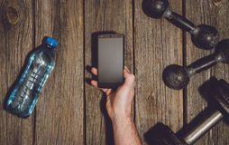 Предпосылка разминки фитнеса Гантели на деревянных поле или таблице спортзала Стоковая Фотография