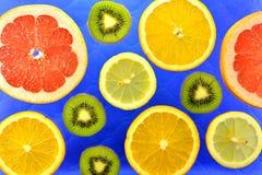 Предпосылка различных цитрусовых фруктов и кивиов видов Стоковое фото RF