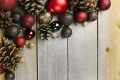 Предпосылка рамки шариков рождества естественная деревянная Стоковые Фотографии RF