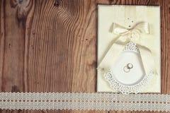 Предпосылка древесины приглашения обручального кольца стоковые изображения rf