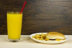 Предпосылка древесины хлеба хлебца мяса сыра еды фаст-фуда высококалорийной вредной пищи еды апельсинового сока Cheeseburger здор Стоковые Фото