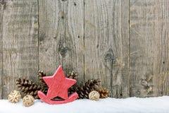 Предпосылка рождества деревенская с конусами звезды и сосны Стоковая Фотография RF