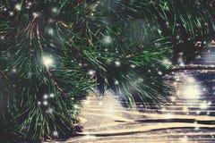 Предпосылка рождества деревянная с елью снега Крупный план Криса Стоковые Изображения