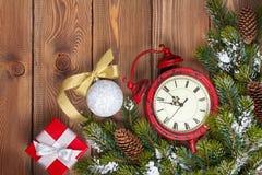 Предпосылка рождества деревянная с часами, елью и подарочной коробкой Стоковая Фотография RF