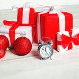 Предпосылка рождества, много украсила подарки коробок и будильник Стоковая Фотография RF