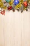 Предпосылка рождества на деревянном столе с copyspace Взгляд сверху конуса и снежинки сосны дерева xmas серебр ветви ели Стоковое Изображение