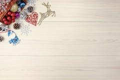 Предпосылка рождества на деревянном столе с copyspace Взгляд сверху конуса и снежинки сосны дерева xmas серебр ветви ели Стоковые Изображения RF