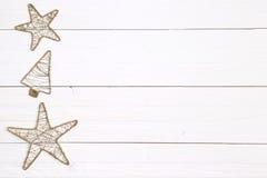 Предпосылка рождества - орнаменты золота на деревянной предпосылке стоковое фото