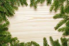 Предпосылка рождества от хворостин ели на деревянной таблице стоковое изображение rf