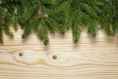 Предпосылка рождества от хворостин ели на деревянном столе стоковые изображения rf