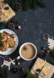 Предпосылка рождества - подарки, украшения, чай и печенья рождества домодельные На темной предпосылке, взгляд сверху Стоковая Фотография