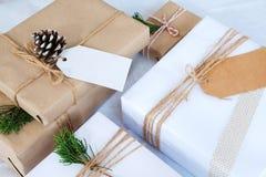 Предпосылка рождества - ремесло и handmade подарок на рождество & x28; boxes& x29 подарка; и деревенское украшение Стоковые Фотографии RF