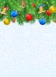 Предпосылка рождества с ветвями ели, конусом сосны, колоколом, смычком и красными, голубыми, желтыми шариками Стоковая Фотография RF