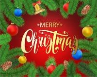Предпосылка рождества с ветвями ели, конусом сосны, колоколом, смычком и красными, голубыми, желтыми шариками с украшениями Стоковое Фото