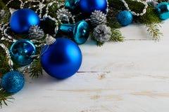 Предпосылка рождества с голубыми орнаментами, серебряными шариками и сосной Стоковые Изображения RF