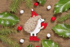 Предпосылка рождества с ежом и листьями падуба Стоковое Фото