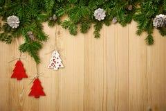 Предпосылка рождества с елью, декоративными деревьями и конусами дальше Стоковые Фотографии RF