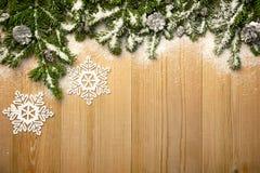 Предпосылка рождества с елью, декоративными snowlakes и конусом Стоковая Фотография
