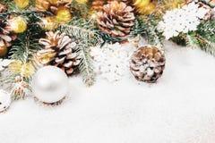 Предпосылка рождества с елью и pinecones Стоковые Фотографии RF