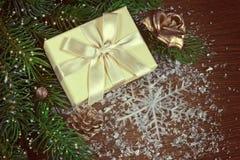 Предпосылка рождества с елью разветвляет, подарок, снежинка Стоковая Фотография
