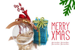 Предпосылка рождества с красными оленями, подарочной коробкой и шариком Стоковые Фото