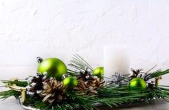 Предпосылка рождества с орнаментами праздника и centerpie свечи Стоковое фото RF