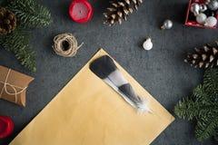 Предпосылка рождества с подарками на рождество, украшением, открыткой и пустым письмом рождества к Санте на серой стене Стоковая Фотография RF