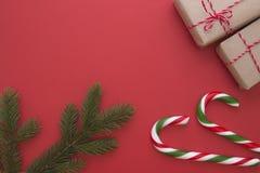 Предпосылка рождества с подарками Xmas, twings ели и тросточками конфеты Взгляд сверху, плоское положение Скопируйте космос для т стоковая фотография